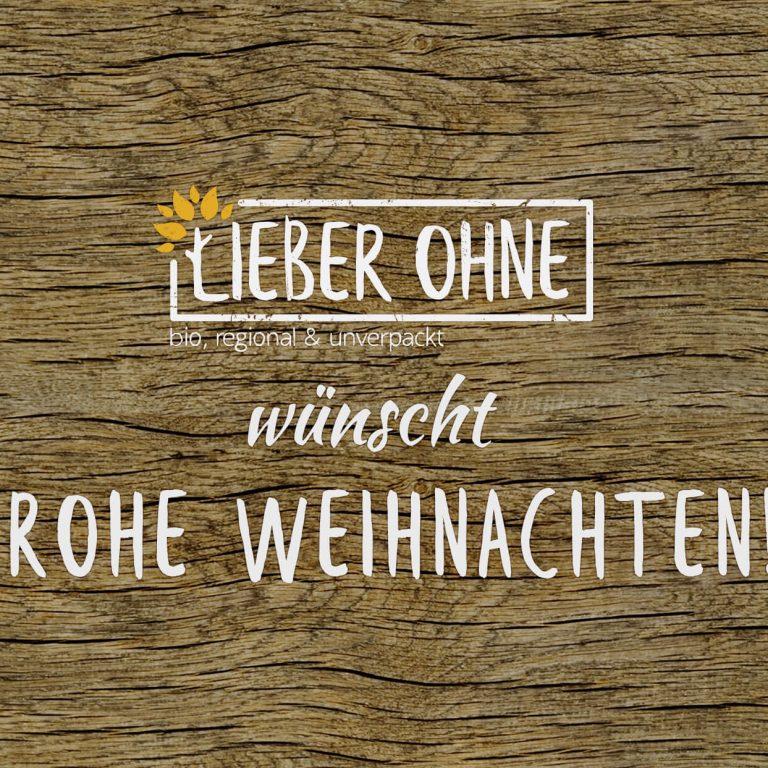 Der Text: Lieber Ohne wünscht frohe Weihnachten in weiß auf einem braunen Holzhintergrund