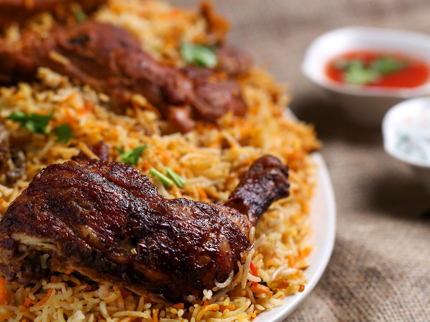 Ein gebratenes Stück Fleisch mit Reis auf einem Teller